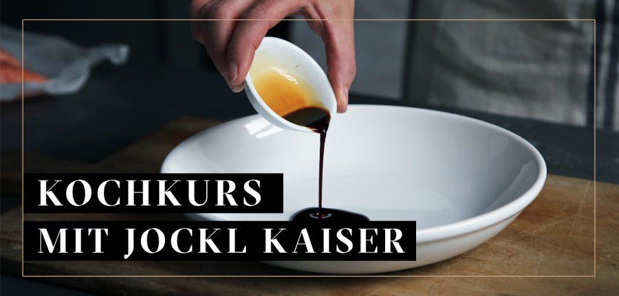 Suppen, Saucen, Fonds Kochkurs, Bild: Sauce wird über Teller gegeossen / Jockl Kaiser